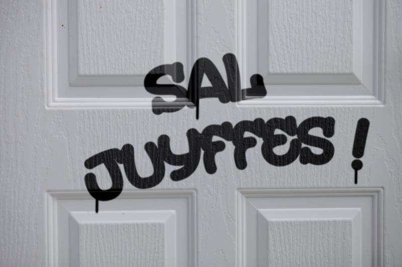 Elle découvre «Sal Juyffes» tagué sur sa porte et offre un Bescherelle au coupable