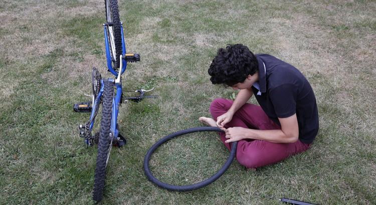 Négationniste, il démonte un pneu pour prouver l'inexistence des chambres à air.