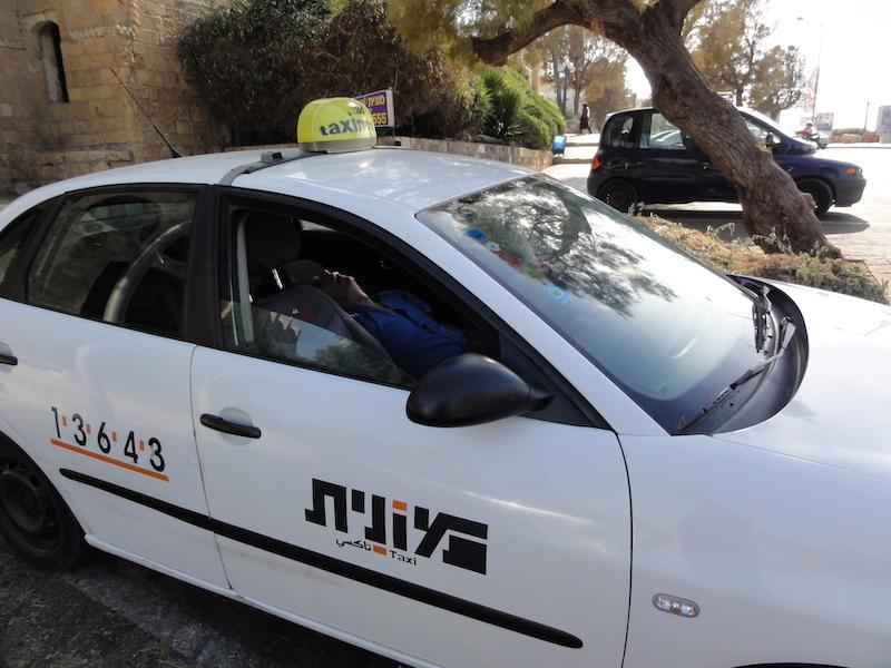 Leurs vacances gâchées en Israël après avoir eu affaire à un taxi honnête