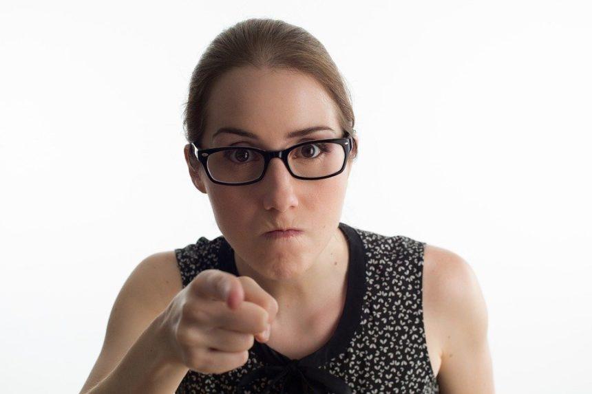Un Ashkénaze pense qu'une Séfarade gueule alors qu'elle ne fait que s'exprimer normalement