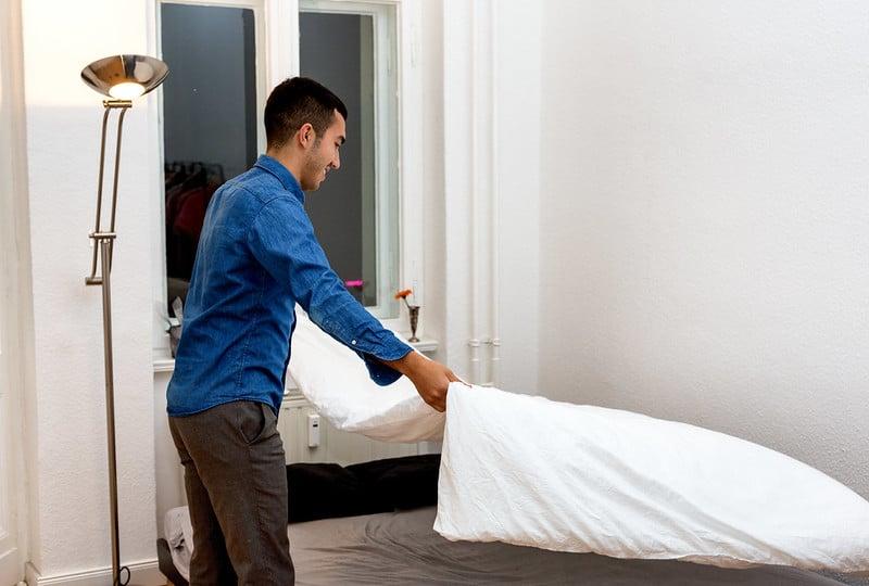 En colère contre sa mère juive, il décide de faire lui-même son lit