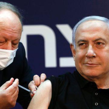 La COVID-19 s'est faite vacciner contre Binyamin Netanyahu en direct à la télévision