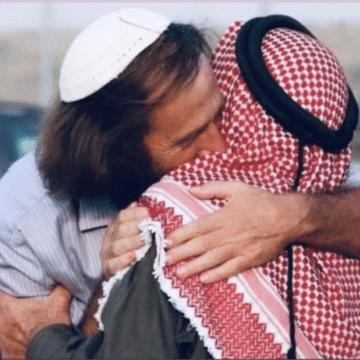 Terrible image d'un Juif israélien tentant d'étouffer un Arabe palestinien!