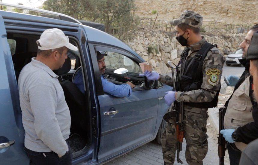Un soldat israélien tue un enfant palestinien : il n'avait pas de pass sanitaire.