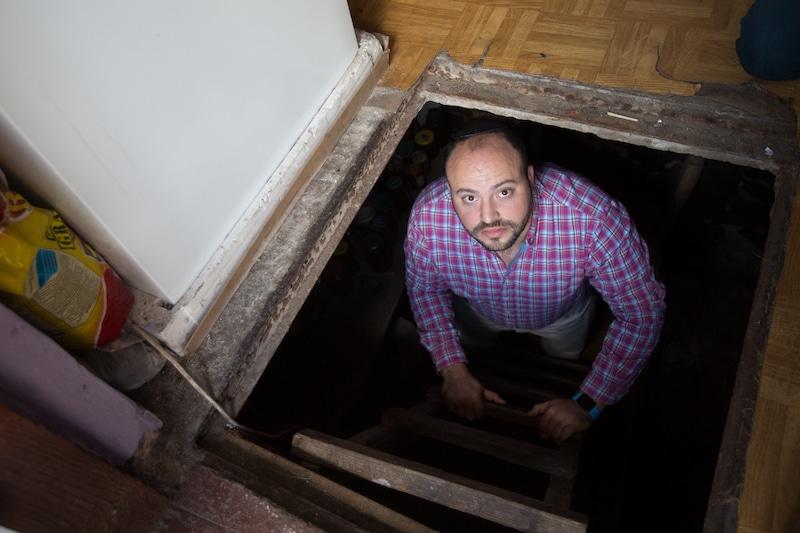 Un antivax se cache dans une cave et est déçu de ne pas être recherché par la police